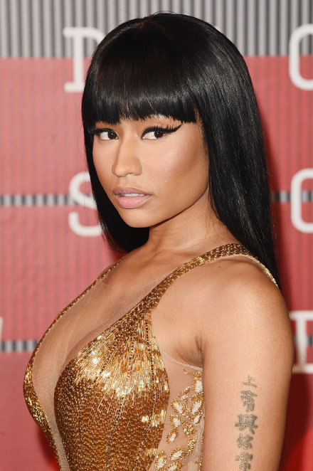 Nicki minaj 2015 grammy red carpet epic cleavage